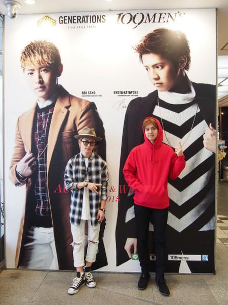 2015 109MEN'S×GENERATIONS 片寄涼太、佐野玲於 巨大ポスターとサイン.png