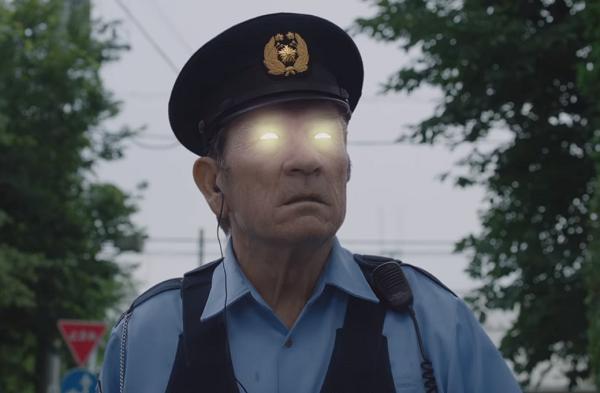 BOSS(ボス)新CM「おまわりさん篇」でトミー・リー・ジョーンズの目が怪しく発光!!.png