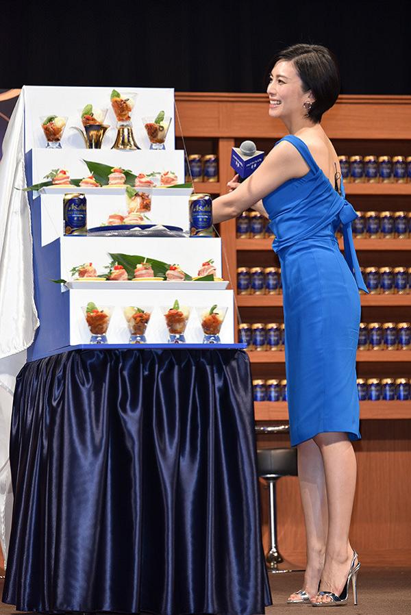 【画像】柴咲コウ『アサヒドライプレミアム 豊醸』CM発表会でセクシードレスを纏って登場!.png