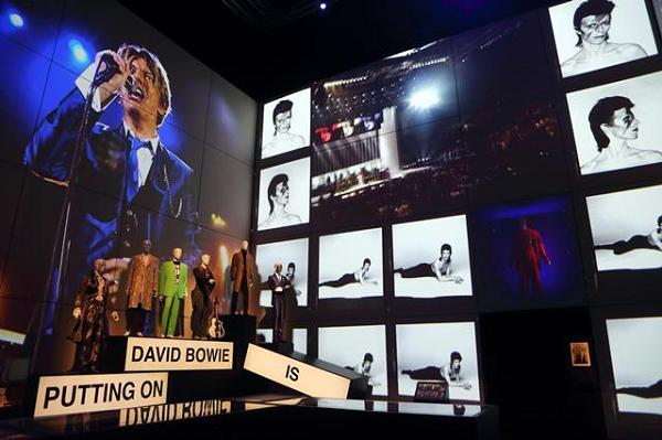 デヴィッド・ボウイ大回顧展:「ショウ・モーメント」のセクションの展示風景.png