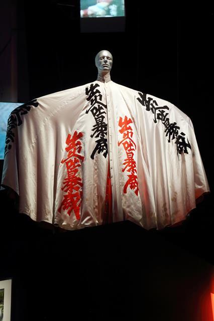 デヴィッド・ボウイ大回顧展:山本寛斎がデザインした漢字柄のマント.png
