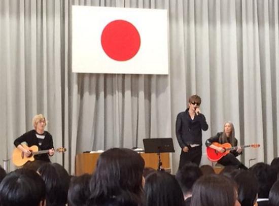 平成28年3月5日 千葉経済大学附属高校 卒業式でGACKTがサプライズゲストとして登壇・熱唱!.png